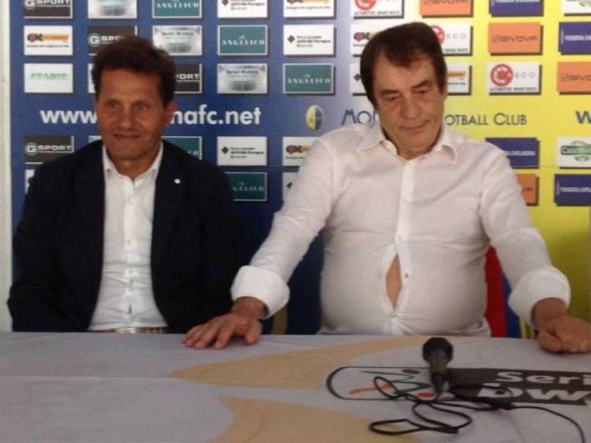 Il Presidente del Modena (e mancato Presidente della Repubblica con ben 2 voti) Antonio Caliendo e la sua camicia. Evidentemente era della Mizuno.